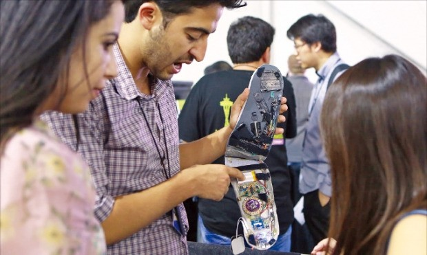 지난 28일 미국 시애틀 마이크로소프트 본사에서 열린 '이매진컵 2016 월드파이널' 쇼케이스에서 튀니지팀 '바실리스크'가 신발 밑창에 가해지는 압력을 센서로 측정해 당뇨병성 족부궤양 증상을 실시간으로 살펴볼 수 있는 솔루션을 설명하고 있다. 마이크로소프트 제공