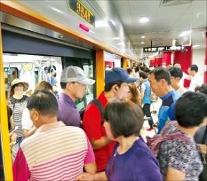 인천 시민들이 30일 개통한 도시철도 2호선 인천시청역을 이용하고 있다. 연합뉴스