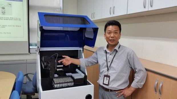 김경남 마이크로디지탈 사장이 '소형 전자동 면역진단시스템'의 작동원리를 설명하고 있다. 김낙훈 기자