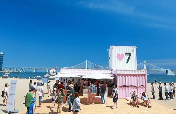 '♥7 갤럭시 올림픽' 캠페인의 일환으로 광안리 해수욕장에서 운영 중인 '갤럭시 S7' 체험존 / 제공 삼성전자