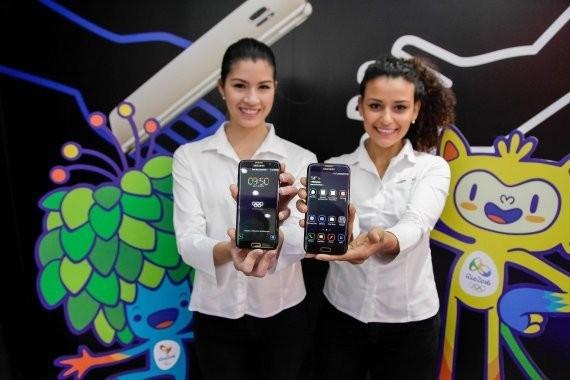 삼성전자 모델들이 지난달 초 브라질 이과테미몰 올림픽 캠페인 행사에서 '갤럭시 S7 엣지 올림픽 에디션'을 소개하고 있다 / 제공 삼성전자
