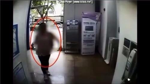 CCTV에 찍힌 보이스피싱 인출책 모습[고양경찰서 제공]