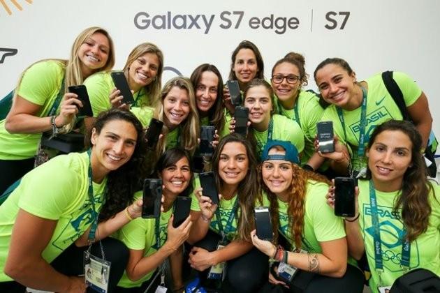 3일(현지시간) 브라질 올림픽 선수촌 내 삼성전자 갤럭시 스튜디오에서 브라질 여자 수구 대표팀이 '갤럭시 S7 엣지 올림픽 에디션'을 전달받고 기념사진을 찍고 있다. / 제공 삼성전자