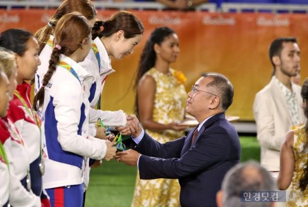 정의선 양궁협회장이 여자 단체전에서 금메달을 따낸 기보배 선수에게 악수를 건네고 있다. (사진=대한양궁협회 제공)