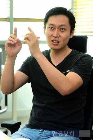김 이사의 스마트폰엔 같은 장소, 같은 구도에서 찍은 수십장의 사진들이 저장돼 있다. / 사진= 최혁 한경닷컴 기자