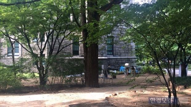 본관 출입문 앞 학생들의 모습.