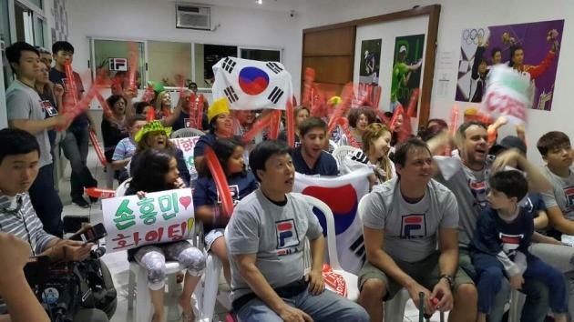 브라질 한국 교민들과 한국을 사랑하는 현지인들이 13일(현지시간) 살바도르의 한 아파트 휴게실에 모여 남자축구대표팀의 4강진출을 열광적으로 응원했다.하지만 한국은 남미의 복병 온두라스에 0대1로 덜미가 잡히면서 4강 진출이 좌절됐다. 리루데자네이루 이관우기자 leebro2@hankyung.com