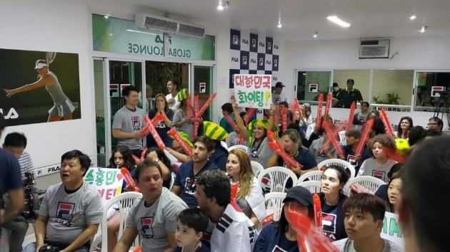 브라질 한국 교민들과 한국을 사랑하는 현지인들이 13일(현지시간) 살바도르의 한 아파트 휴게실에 모여 남자축구대표팀의 4강진출을 열광적으로 응원했다. 하지만 한국은 남미의 복병 온두라스에 0대1로 덜미가 잡히면서 4강 진출이 좌절됐다. 리루데자네이루 이관우기자 leebro2@hankyung.com