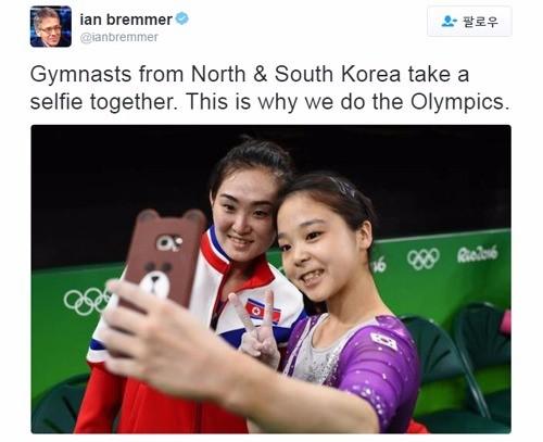 이은주와 홍은정이 셀카를 찍는 모습. 이언 브레머 유라시아그룹 회장 트위터 캡처.