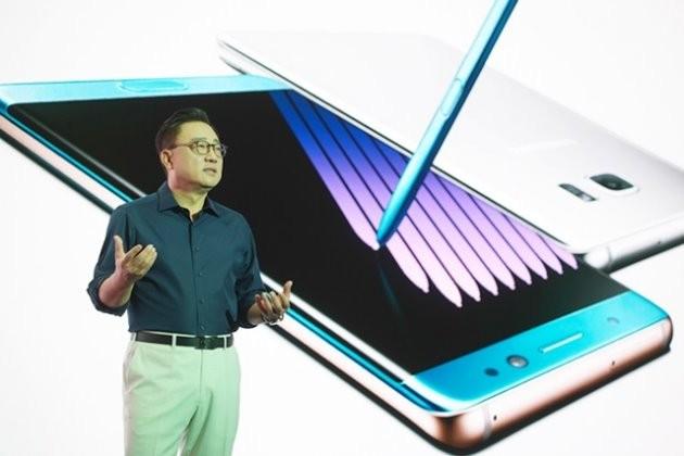 고동진 삼성전자 사장은 최근 갤럭시노트7 미디어행사에서 블루 코랄을 강조하기 위해 하늘색 셔츠를 입고 등장해 눈길을 끌기도 했다. / 제공 삼성전자