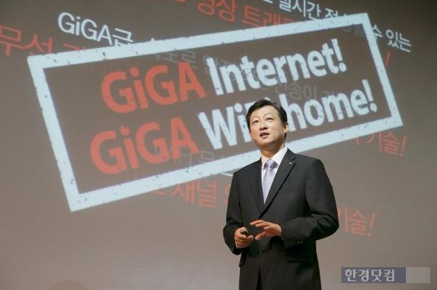 유희관 KT 미디어사업본부장(상무)이 18일 서울 광화문 KT스퀘어에서 열린 '올레tv 에어' 출시 행사에서 IPTV의 무선 연결 기술을 소개하고 있다. / 사진=KT 제공