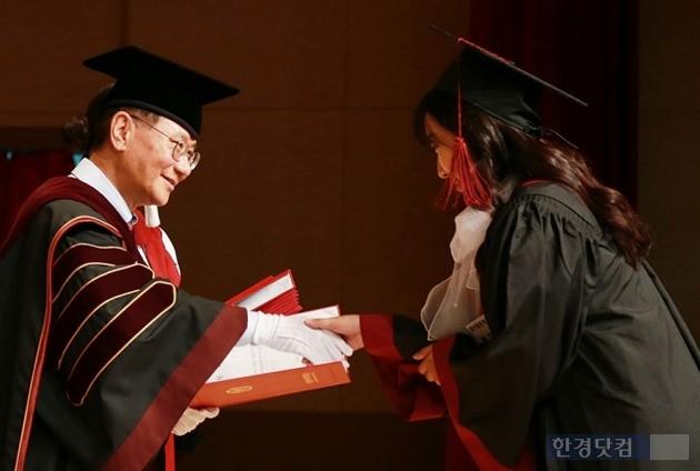 19일 열린 덕성여대 학위수여식에서 졸업생에게 축하 인사를 건네는 이원복 총장(왼쪽). / 덕성여대 제공