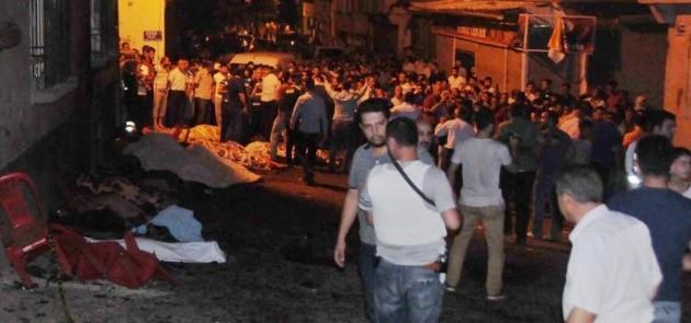 폭탄 테러가 발생한 터키 남부 가지안테프 지역의 사고 현장. 사진=CNN 화면 캡처.