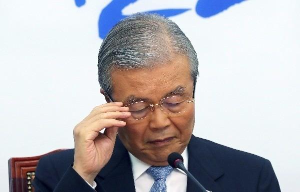 더불어민주당 김종인 비상대책위 대표가 21일 오전 국회에서 퇴임 기자회견을 하던 중 안경을 고쳐쓰고 있다. 사진=연합뉴스