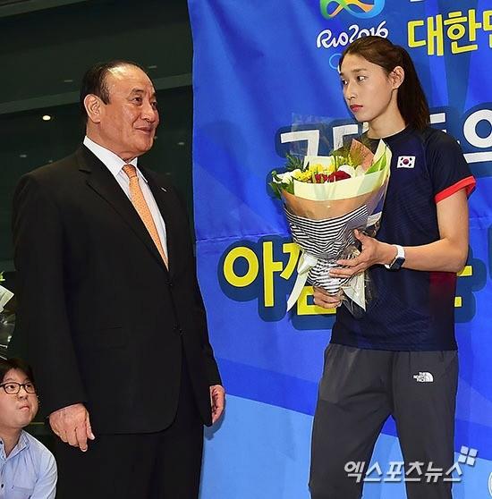 서병문 배구협회 회장에게 받는 꽃다발을 받는 김연경. 엑스포츠 제공