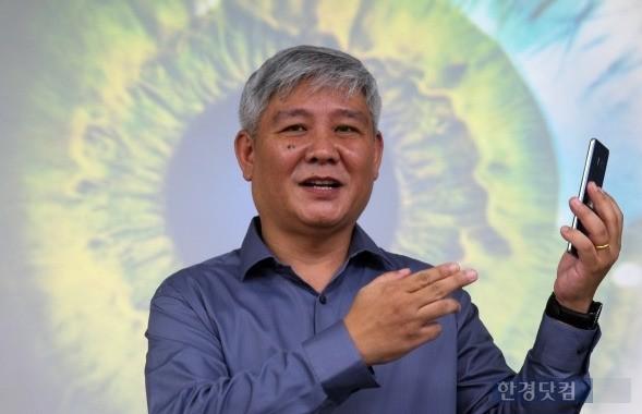 갤랙시노트7 홍채인식기술 책임자인 김형석 상무가 관련 기술을 소개하고 있다. (사진=삼성전자 제공)