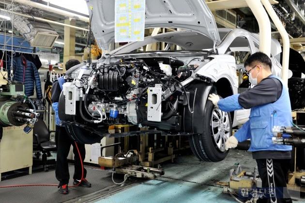 현대자동차 울산 2공장 생산라인에서 작업자들이 부품 조립을 하고 있다. (사진=현대차 제공)