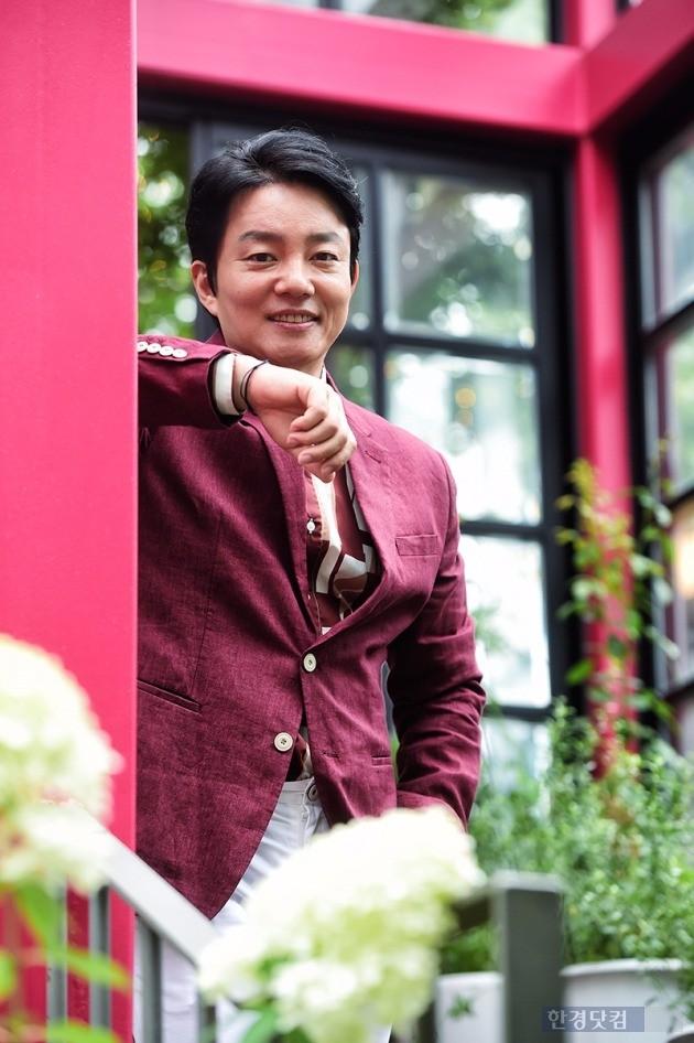 배우 이범수가 서울 종로구 삼청동의 한 카페에서 한경닷컴과의 인터뷰에 앞서 포즈를 취하고 있다. / 사진 = 최혁 기자