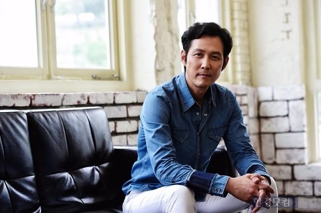 배우 이정재가 서울 종로구 팔판동의 한 카페에서 한경닷컴과의 인터뷰에 앞서 포즈를 취하고 있다. / 사진 = 최혁 기자