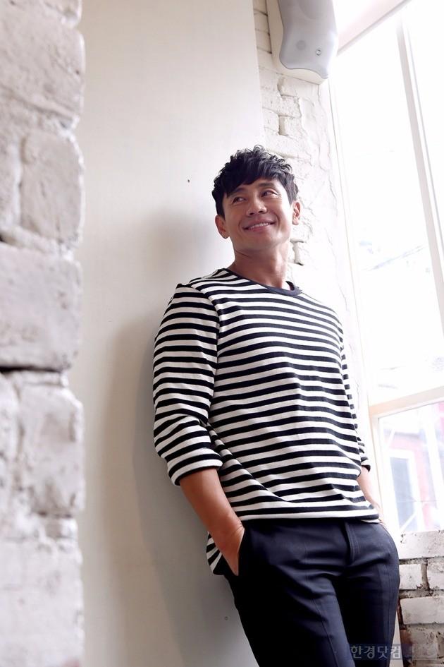 영화 '올레'의 주연 배우 신하균이 서울 종로구 팔판동의 한 카페에서 인터뷰에 앞서 포즈를 취하고 있다. / 사진 = 변성현 기자
