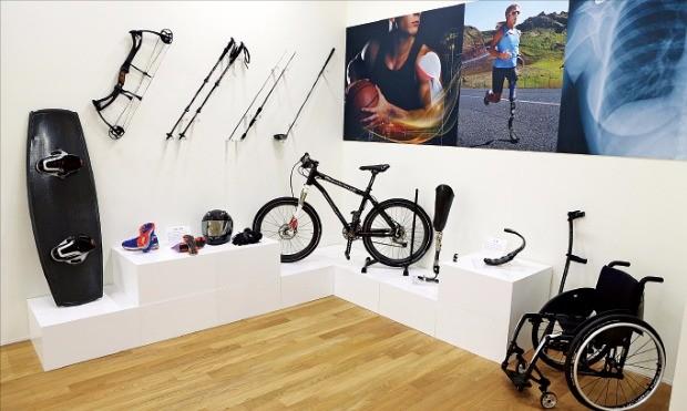 효성은 전북창조경제혁신센터 내에 휠체어, 자전거, 의족 등 탄소섬유를 적용한 다양한 제품을 전시하고 있다.