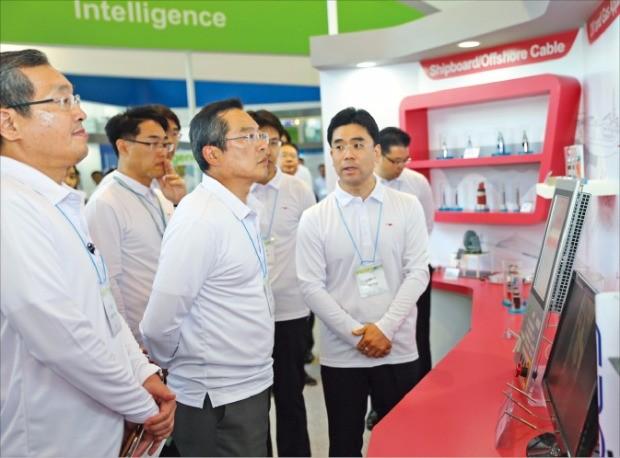 구자열 LS그룹 회장이 LS그룹 기술개발경진 대회인 'T페어'에서 참가작을 살펴보고 있다.