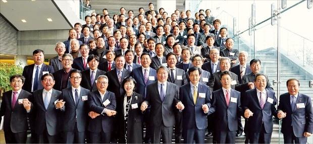 최태원 SK그룹 회장(앞줄 왼쪽 여섯 번째)과 이문석 SK사회공헌위원장(일곱 번째) 등 SK 임원 및 협력업체 대표들이 지난해 12월 서울 SK아카디아에서 열린 '동반성장 CEO 세미나'에 참석해 동반성장 의지를 다지고 있다.