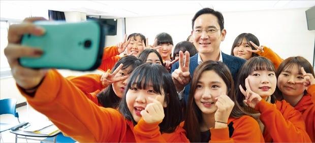 이재용 삼성전자 부회장이 사회공헌활동의 하나인 드림캠퍼스에 참여해 학생들과 사진을 찍었다.