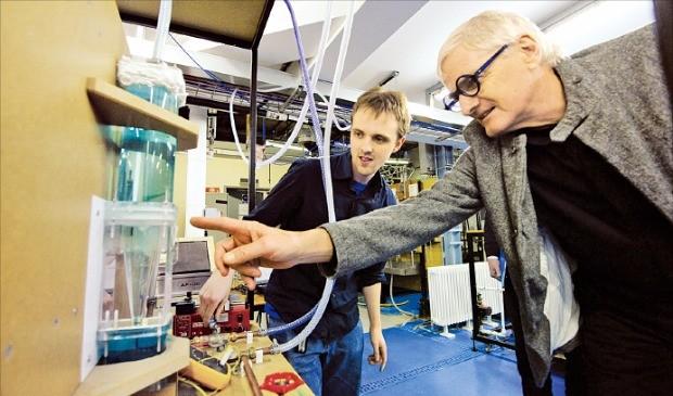 제임스 다이슨 다이슨 창업주(오른쪽)가 지난 5월 영국 케임브리지대에 설립한 다이슨센터에서 학생들과 대화하고 있다. 다이슨 제공