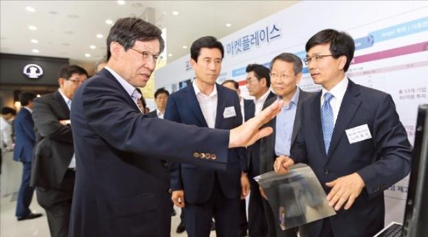 권오준 포스코 회장(왼쪽)이 지난달 25일 포항창조경제센터에서 '아이디어 마켓플레이스'를 열고 벤처기업 지원 계획을 밝히고 있다.
