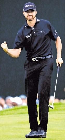 """< """"내가 PGA챔피언!"""" > 올 시즌 마지막 메이저대회인 PGA챔피언십에 참가한 지미 워커가 1일 미국 뉴저지주 스프링필드 발터스롤GC 11번홀에서 버디를 성공시킨 뒤 주먹을 불끈 쥐고 있다. 그는 이 대회에서 생애 첫 메이저대회 우승컵을 들어올렸다. 연합뉴스"""