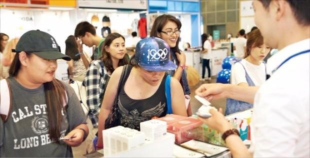CJ그룹이 지난달 29~31일 미국 로스앤젤레스에서 연 'LA 케이콘(KCON) 컨벤션'을 찾은 방문객들이 한국 중소기업 제품을 살펴보고 있다. CJ 제공