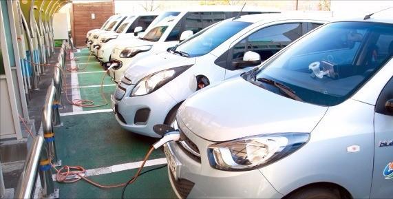 경남 창원시청 주차장에서 업무용 전기자동차를 충전하는 모습. 한경DB