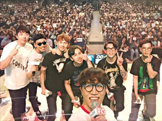 문화가 있는 날인 지난 6월29일 대전 한남대에서 열린 KT의 '청춘해' 콘서트 무대에 선 MC 고영배 씨(맨 앞)와 밴드 데이브레이크(뒷줄 왼쪽 4명), 10㎝(뒷줄 오른쪽 2명)가 관객 1600여명과 함께 V자를 그리고 있다. KT 제공