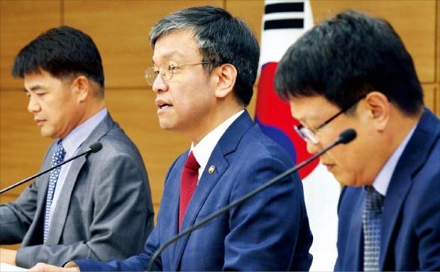 최상목 기획재정부 1차관(가운데)이 지난달 25일 정부세종청사에서 '2016년 세법 개정안'을 브리핑하고 있다. 연합뉴스