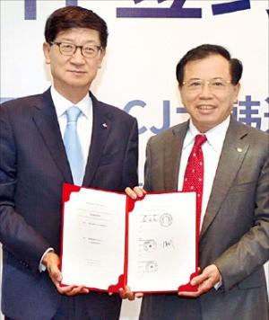 박근태 CJ대한통운 대표(왼쪽)는 리둥성 TCL그룹 회장과 지난 1일 중국 선전에서 물류 합작법인 설립 계약을 체결했다. CJ대한통운 제공