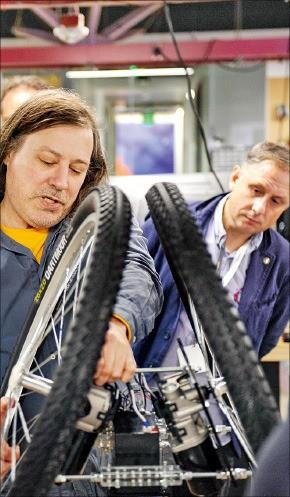 MS 직원들이 미국 시애틀 본사에 있는 '더 개러지'에서 시제품을 만들고 있다. MS 제공