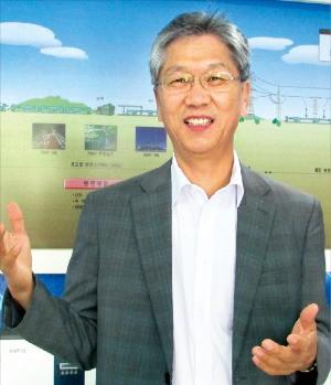 곽기영 한국전기공업협동조합 이사장이 경기 성남시 야탑동 조합사무실에서 조합의 주요 사업을 이야기하고 있다. 김정은 기자