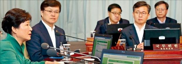 박근혜 대통령이 2일 청와대에서 열린 영상 국무회의를 주재하며 인사말을 하고 있다. 정치권의 사퇴 압력을 받고 있는 우병우 민정수석(뒷줄 맨 오른쪽)도 회의에 배석했다. 강은구 기자 egkang@hankyung.com