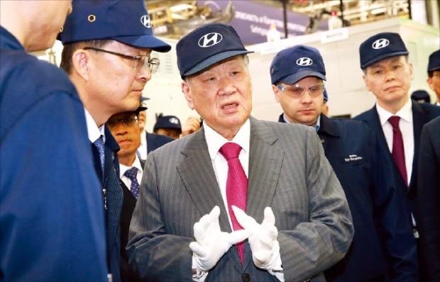 정몽구 현대자동차그룹 회장이 3일 러시아 상트페테르부르크 현지 공장을 둘러보며 품질 중요성을 강조하고 있다. 현대차 제공