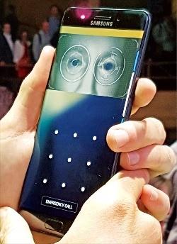 미국 뉴욕 맨해튼 해머스타인볼룸에서 2일(현지시간) 열린 삼성전자 '갤럭시노트7' 출시 행사에서 한 참가자가 갤럭시노트7에 자신의 홍채 정보를 등록하고 있다. 갤럭시노트7 이용자들은 홍채 인식을 휴대폰 잠금 해제와 모바일 뱅킹의 보안 인증 등에 활용할 수 있다. 뉴욕=안정락 기자