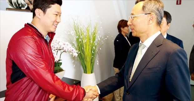 황창규 KT 회장(오른쪽)이 리우올림픽에 출전하는 진종오 사격 국가대표 선수를 만나 격려하고 있다.  KT제공