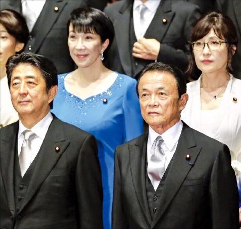 3일 개각을 단행한 아베 신조 일본 총리(왼쪽 아래)가 새 각료들과 함께 포즈를 취하고 있다. 왼쪽 위부터 시계 방향으로 다카이치 사나에 총무상, 이나다 도모미 방위상, 아소 다로 부총리 겸 재무상. 도쿄EPA연합뉴스