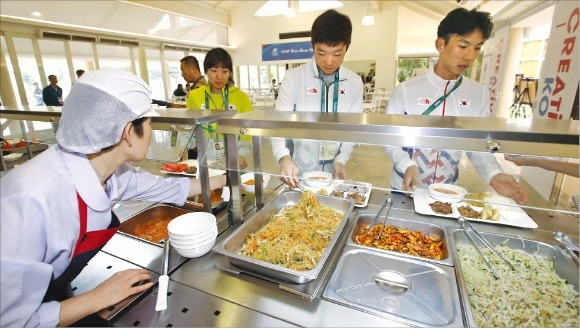 브라질 리우데자네이루 현지에 문을 연 코리아하우스에서 3일(현지시간) 올림픽 대표팀 선수들이 식판에 음식을 담고 있다. 연합뉴스