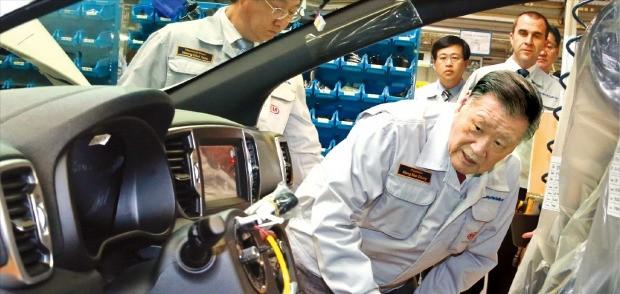 < 품질 이상 없나 > 정몽구 현대자동차그룹 회장이 3일(현지시간) 슬로바키아 질리나에 있는 기아자동차 유럽 공장을 방문해 생산 차량의 내부를 살펴보고 있다. 기아차 제공