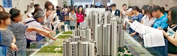 삼성물산이 지난달 분양한 서울 강동구 '래미안 명일역 솔베뉴(삼익그린맨션1차 재건축)' 아파트는 지난 10년간 강동구에서 분양된 아파트 가운데 가장 높은 1순위 경쟁률(평균 39.55 대 1, 최고 253 대 1)을 기록했다. 내방객들이 모형도를 둘러보고 있다. 한경DB