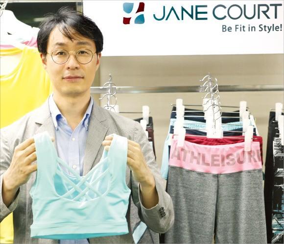 박용준 튤립코리아 대표가 여성용 애슬레저 브랜드인 '제인코트' 제품을 들어보이고 있다. 김정은 기자