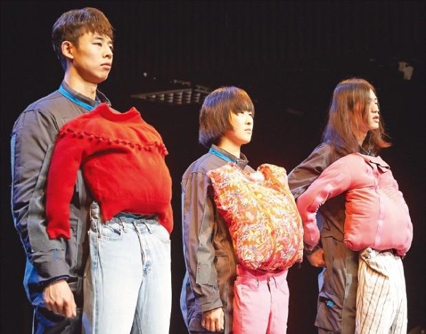 옷을 소재로 한 안데스 작가의 '시체옷' 연작 공연.