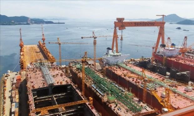 지난달 말 선박 건조 작업이 한창인 경남 통영의 성동조선해양 육상야드. 정지은 기자