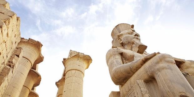 룩소르 신전에 서 있는 람세스 2세의 석상. 그는 이집트를 가장 강력한 왕국으로 만들었다.